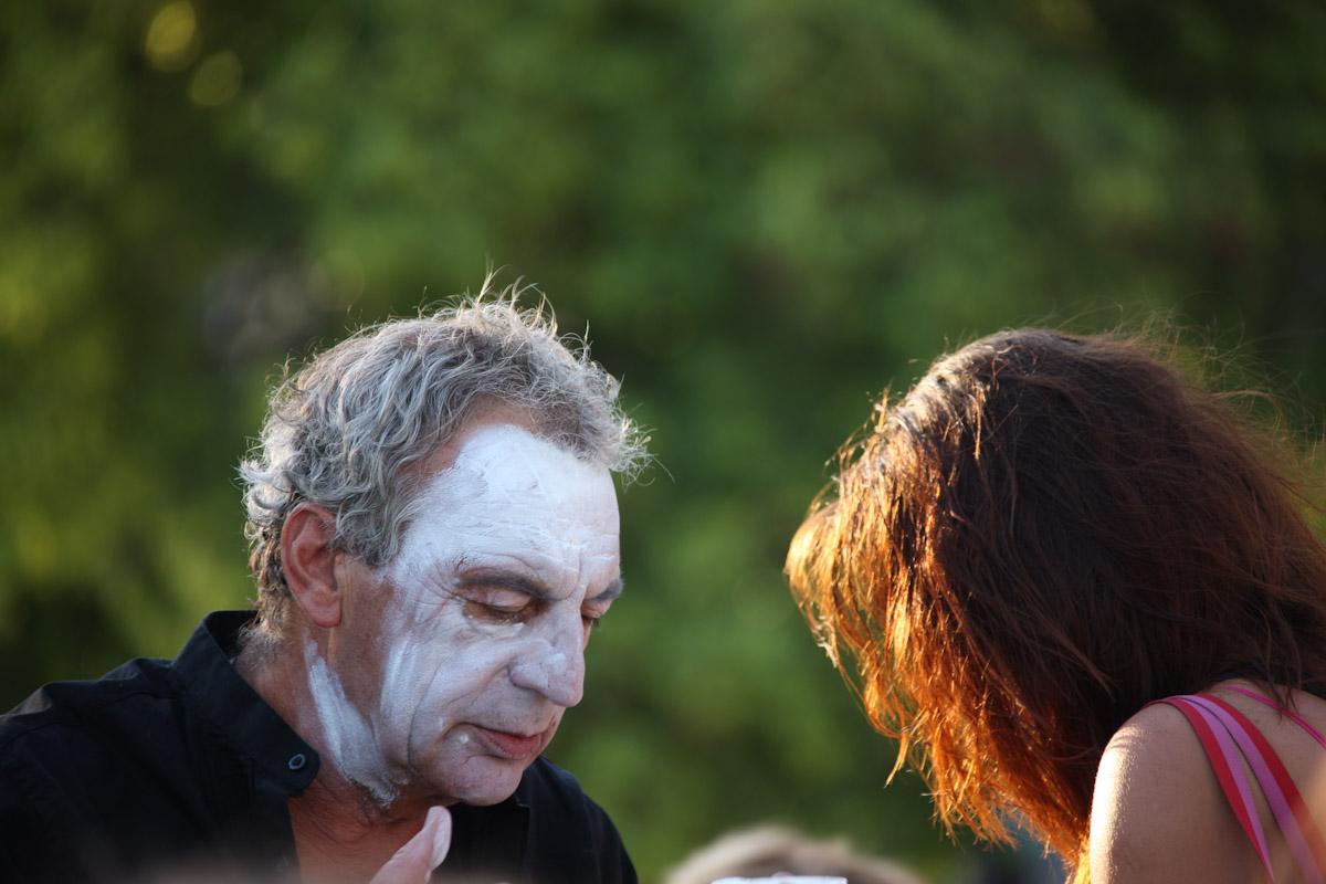 βάφοντας το πρόσωπό του