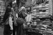 Νεαρές Τουρκάλες χαζεύουν μαντήλες και πασμίνες