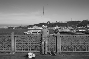 Ψαράς στη γέφυρα του Γαλατά