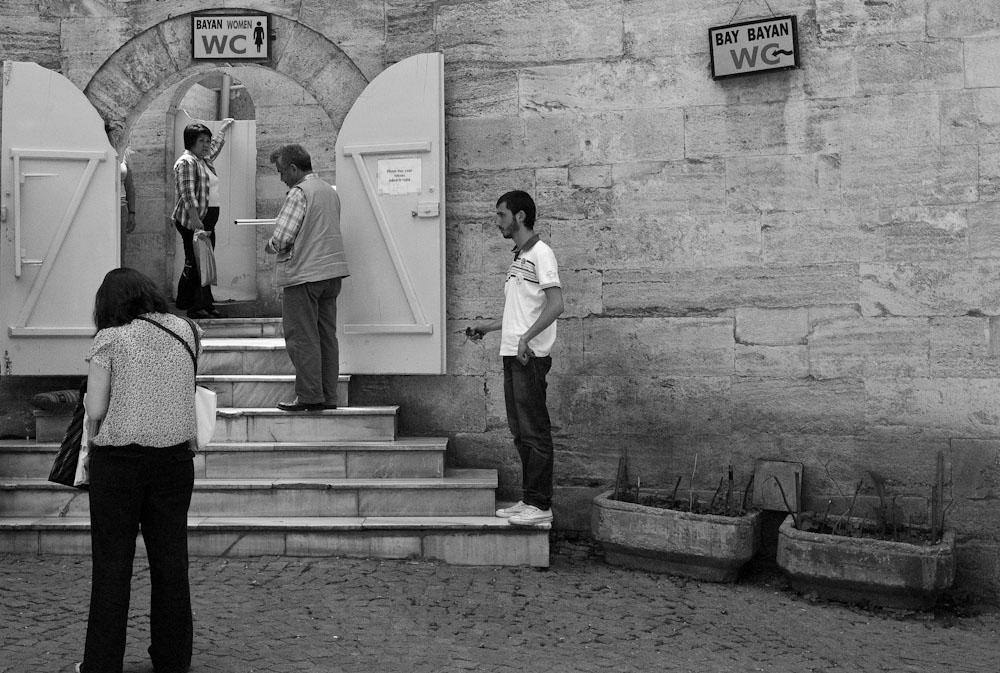 Στην ουρά για τις δημόσιες τουαλέτες