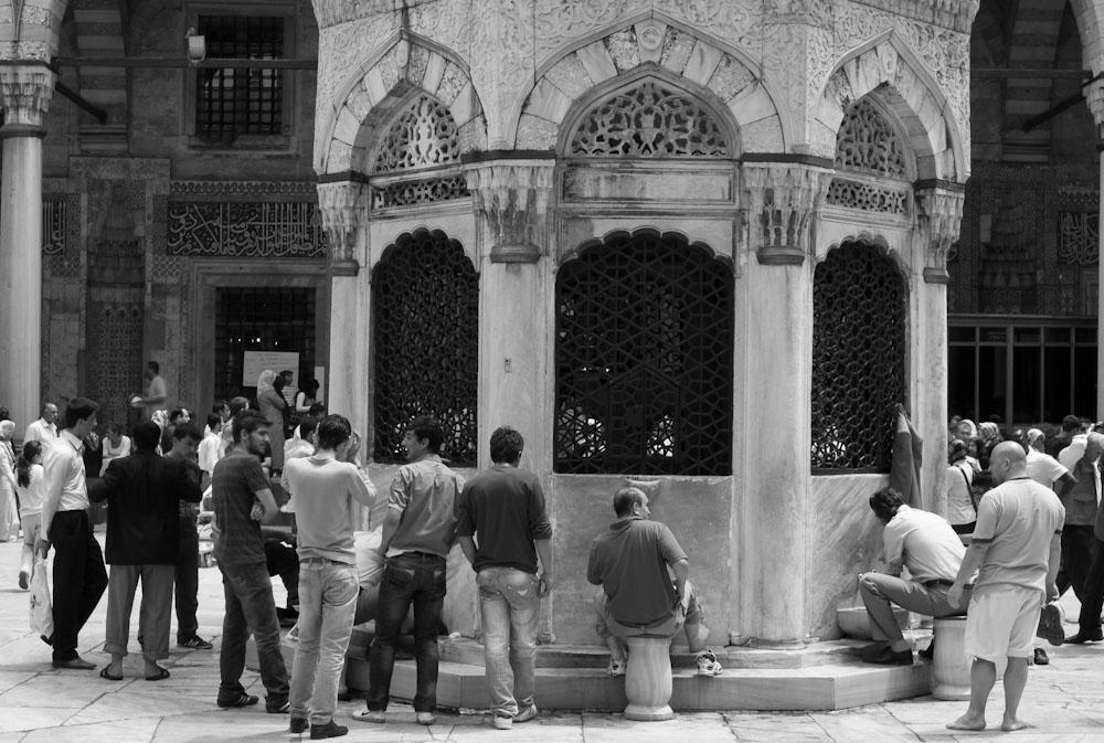 Περιμένοντας υπομονετικά να πλύνουν τα πόδια πριν μπουν στο τζαμί
