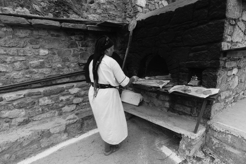 Η φουρνάρισα της Ολύμπου μόλις έβγαλε το ταψί με τα πιτιά